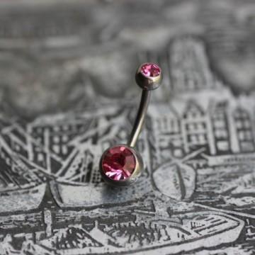 Tytanowy kolczyk do pępka z różowymi kryształkami