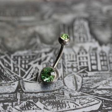Tytanowy kolczyk do pępka z zielonymi kryształkami