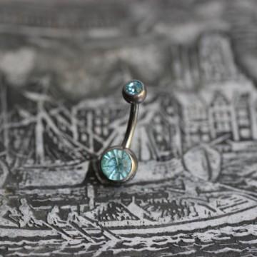 Tytanowy kolczyk do pępka z jasnoniebieskimi kryształkami