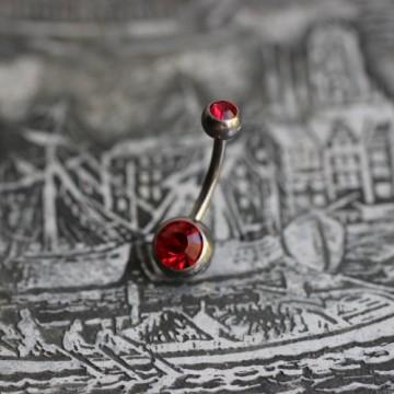 Tytanowy kolczyk do pępka z czerwonymi kryształkami