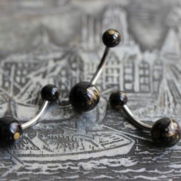 Stalowy z czarną kulką imitującą kamień kolczyk do pępka