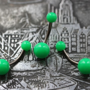 Tytanowy kolczyk do pępka z zielonymi kulkami