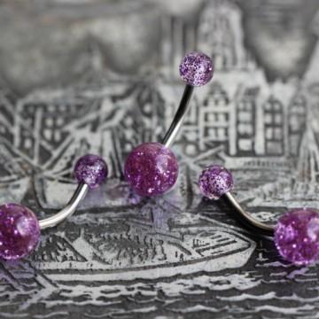 Tytanowy kolczyk do pępka z fioletowymi brokatowymi kulkami