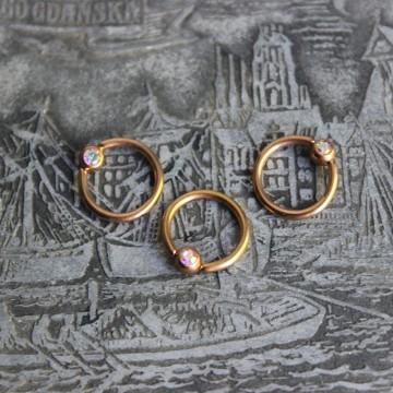 Kółko w kolorze różowego złota z kryształkiem AURORA BOREALIS