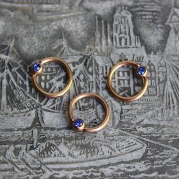 Kółko w kolorze różowego złota z kryształkiem NIEBIESKI