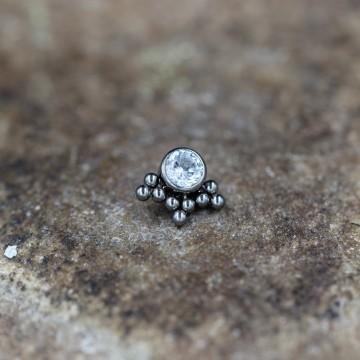 Nakrętka z tytanu z bezbarwnym kryształkiem i ozdobami