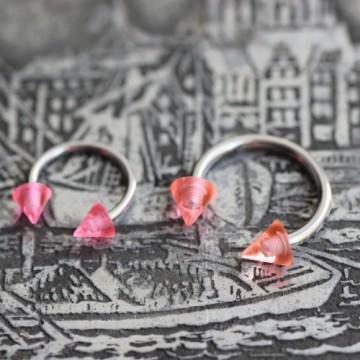 Różowa podkowa ze stali z akrylowymi stożkami