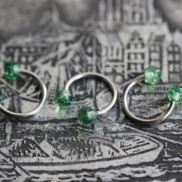 Stalowa podkowa z zielonymi brokatowymi akrylowymi kulkami