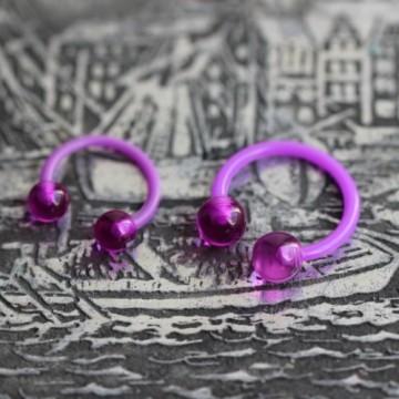Podkowa z bioflexu z fioletowymi akrylowymi kulkami