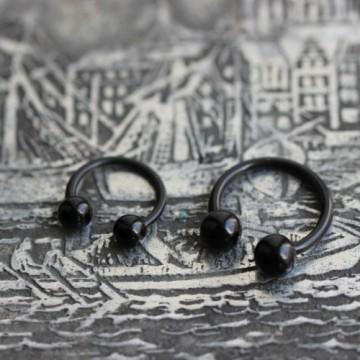 Podkowa z bioflexu z czarnymi akrylowymi kulkami