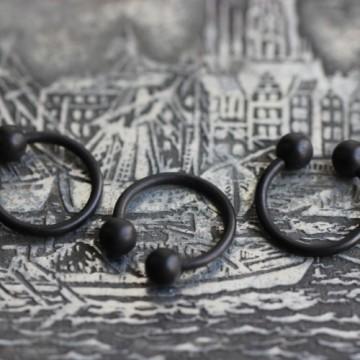 Czarna matowa podkowa ze stali z kulkami