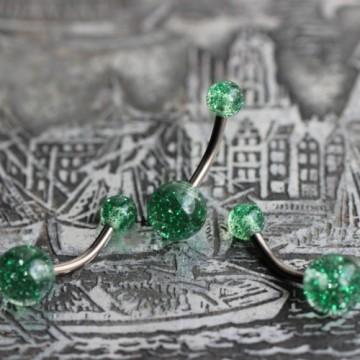 Tytanowy kolczyk do pępka z zielonymi brokatowymi kulkami