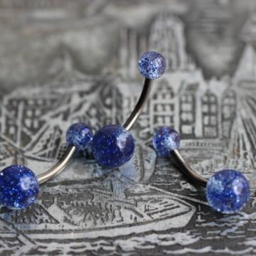 Tytanowy kolczyk do pępka z niebieskimi brokatowymi kulkami
